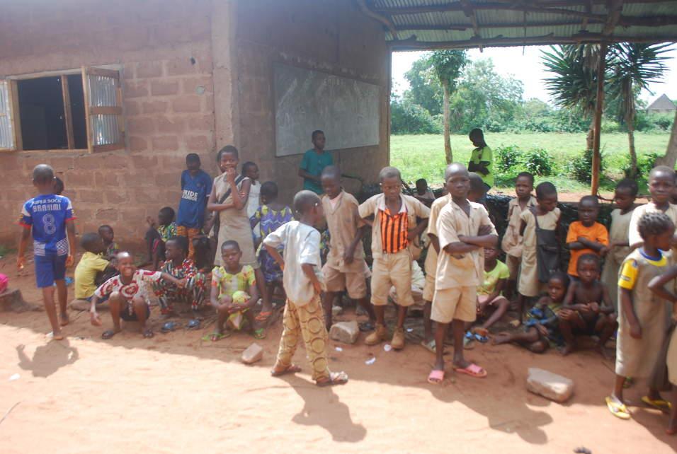 Humanitaire 2016 : EDUCATION - Visite et séance de travail du président de l'association, avec l'école primaire de Doke (Ifangni)