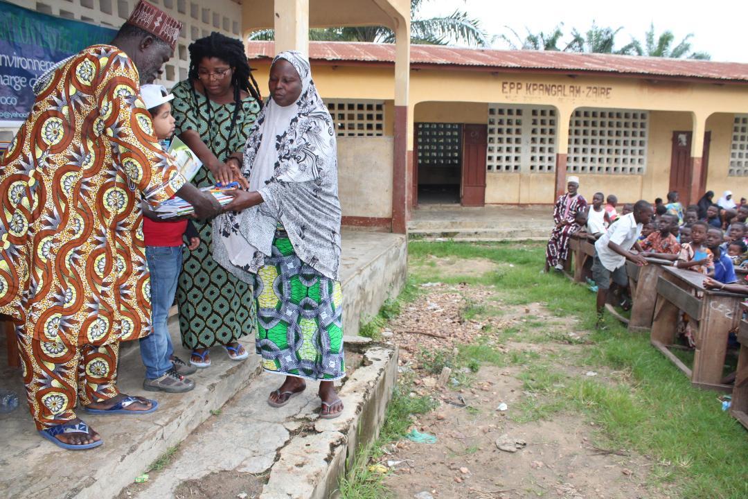 Distribution de fournitures scolaires par l'ONG Las Beguinas Non Kudumon - Août 2019